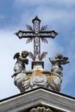 Άγγελοι που γονατίζουν κάτω από το σταυρό στοκ φωτογραφίες