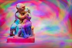 Άγγελοι που φιλούν σε ένα ζωηρόχρωμο υπόβαθρο στοκ εικόνες με δικαίωμα ελεύθερης χρήσης