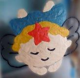 Άγγελος αργίλου στο γυαλί με το μουτζουρωμένο υπόβαθρο στοκ φωτογραφία