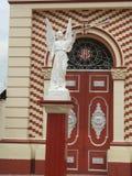 Άγγελος μπροστά από την εκκλησία του San Juan Bautista στην πόλη Chaparral, Tolima, Κολομβία Στοκ Εικόνα