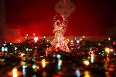Άγγελος γυαλιού με τη θαμπάδα γιρλαντών στοκ φωτογραφίες