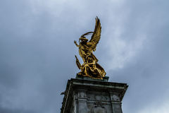 Άγγελος και άγαλμα στρατιωτών στοκ φωτογραφία με δικαίωμα ελεύθερης χρήσης