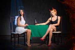 Άγγελος και διάβολος με το γυαλί κονιάκ Στοκ φωτογραφίες με δικαίωμα ελεύθερης χρήσης