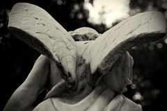 Άγγελος με το σπασμένο γλυπτό φτερών Στοκ Εικόνες