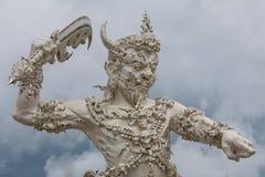 Άγγελος του αγάλματος θανάτου στον άσπρο ναό της Ταϊλάνδης Στοκ φωτογραφία με δικαίωμα ελεύθερης χρήσης