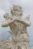 Άγγελος του αγάλματος θανάτου στον άσπρο ναό της Ταϊλάνδης Στοκ Εικόνες
