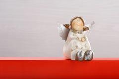 Άγγελος χαμόγελου στο άσπρο και κόκκινο υπόβαθρο με το κενό διάστημα για το τ Στοκ φωτογραφίες με δικαίωμα ελεύθερης χρήσης