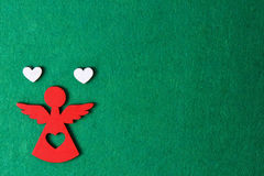 Άγγελος Χριστουγέννων σε ένα πράσινο υπόβαθρο, ξύλινη διακόσμηση eco, παιχνίδι Στοκ Εικόνες