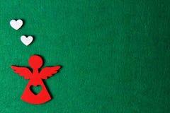 Άγγελος Χριστουγέννων σε ένα πράσινο υπόβαθρο, ξύλινη διακόσμηση eco, παιχνίδι Στοκ Εικόνα