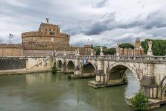 Άγγελος Castle Sant ` Angelo Άγιος Castel και γέφυρα πέρα από τον ποταμό Tiber - Ρώμη, Ιταλία Στοκ Εικόνα
