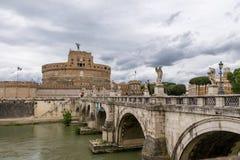 Άγγελος Castle Sant ` Angelo Άγιος Castel και γέφυρα πέρα από τον ποταμό Tiber - Ρώμη, Ιταλία Στοκ εικόνες με δικαίωμα ελεύθερης χρήσης
