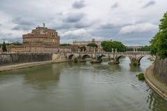 Άγγελος Castle Sant ` Angelo Άγιος Castel και γέφυρα πέρα από τον ποταμό Tiber - Ρώμη, Ιταλία Στοκ Φωτογραφίες