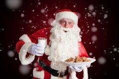Άγιος Βασίλης είναι ευχαριστημένος από το γάλα και τα μπισκότα στοκ φωτογραφία