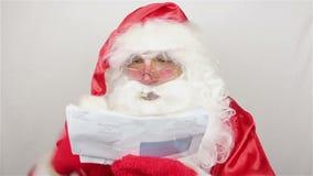Άγιος Βασίλης είναι readig επιστολές από τα παιδιά απόθεμα βίντεο