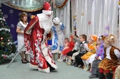 Άγιος Βασίλης και το κορίτσι χιονιού που μιλά με τα παιδιά στοκ φωτογραφία με δικαίωμα ελεύθερης χρήσης