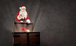 Άγιος Βασίλης με ένα στήθος του δώρου σε ένα υπόβαθρο copyspace Στοκ εικόνες με δικαίωμα ελεύθερης χρήσης
