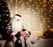 Άγιος Βασίλης με ευτυχή λίγο χαριτωμένο κοριτσάκι κοντά στο χριστουγεννιάτικο δέντρο Στοκ φωτογραφία με δικαίωμα ελεύθερης χρήσης