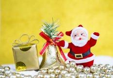 Άγιος Βασίλης με το κιβώτιο δώρων πέρα από το θολωμένο κίτρινο υπόβαθρο στοκ φωτογραφίες με δικαίωμα ελεύθερης χρήσης