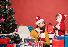 Άγιος Βασίλης που δίνει ένα παρόν στο λίγο χαριτωμένο αγόρι στοκ φωτογραφίες