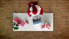 Άγιος Βασίλης που εργάζεται στο γραφείο στο lap-top, δακτυλογράφηση, εναέρια άποψη, κορυφή κάτω από τον πυροβολισμό απόθεμα βίντεο