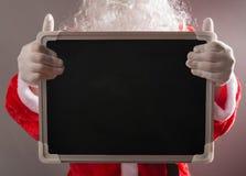 Άγιος Βασίλης που κρατά ένα κενό αγαθό πινάκων κιμωλίας για τα κείμενα που προστίθενται Στοκ εικόνες με δικαίωμα ελεύθερης χρήσης