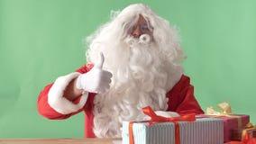 Άγιος Βασίλης που παρουσιάζει όπως το σημάδι και τα κουνήματα κεφάλι του, chromakey στο υπόβαθρο φιλμ μικρού μήκους