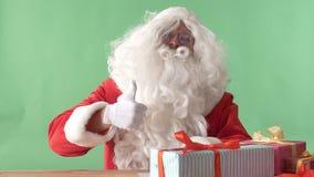 Άγιος Βασίλης που παρουσιάζει όπως το σημάδι και που χαμογελά, chromakey στο υπόβαθρο απόθεμα βίντεο