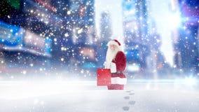 Άγιος Βασίλης που περπατά του υψηλού χιονιού που συνδυάζεται μέσω με το μειωμένο χιόνι ελεύθερη απεικόνιση δικαιώματος