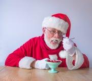 Άγιος Βασίλης που τρώει τα φρέσκα σμέουρα Υγιές φυσικό conce τροφίμων στοκ εικόνα με δικαίωμα ελεύθερης χρήσης