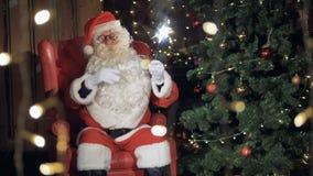Άγιος Βασίλης που χορεύει με τα sparklers στα χέρια 4K φιλμ μικρού μήκους