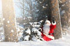 Άγιος Βασίλης προέρχεται με τα δώρα από τον υπαίθριο Santa σε ένα κόκκινο SU Στοκ Φωτογραφίες