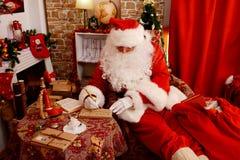 Άγιος Βασίλης προετοιμάζει τα δώρα για τα Χριστούγεννα στοκ εικόνες με δικαίωμα ελεύθερης χρήσης