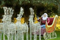 Άγιος Βασίλης στο έλκηθρο στη olennMediterranean πόλη της Πάφος στη μεταφορά reindeera ελκήθρων Χριστουγέννων CyprusSanta Claus ο στοκ εικόνες