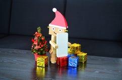 Άγιος Βασίλης φέρνει το χριστουγεννιάτικο δώρο Στοκ Εικόνα