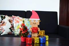Άγιος Βασίλης φέρνει το χριστουγεννιάτικο δώρο Στοκ εικόνες με δικαίωμα ελεύθερης χρήσης