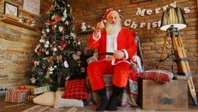 Άγιος Βασίλης φωτογράφισε για τις κάρτες Χριστουγέννων απόθεμα βίντεο