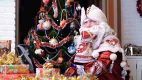 Άγιος Βασίλης, Άγιος Βασίλης, παγετός πατέρων εργάζεται σε ένα lap-top σε έναν πίνακα, μεταξύ των χριστουγεννιάτικων δώρων, απόθεμα βίντεο