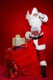 Άγιος Βασίλης έρχεται με μια μεγάλη τσάντα των δώρων πλήρες πορτρέτο μήκους Στοκ Εικόνες