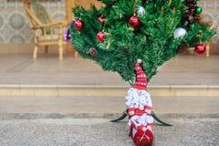 Άγιος Βασίλης δίπλα στο χριστουγεννιάτικο δέντρο Ελεύθερη απεικόνιση δικαιώματος