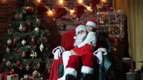 Άγιος Βασίλης είναι κουνήματα αυτή το παιδί στα γόνατά του απόθεμα βίντεο