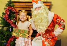 Άγιος Βασίλης και ένα κορίτσι Ηλικία 5 έτη Στοκ Φωτογραφίες
