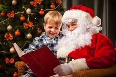 Άγιος Βασίλης και ένα μικρό αγόρι Στοκ εικόνα με δικαίωμα ελεύθερης χρήσης
