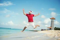 Άγιος Βασίλης και επιθυμεί μια καλή χρονιά Αστεία άλματα παγετού παππούδων στη θάλασσα Στοκ εικόνα με δικαίωμα ελεύθερης χρήσης