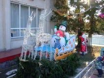 Άγιος Βασίλης και το κορίτσι χιονιού με τον τρόπο νέο έτος στοκ εικόνες