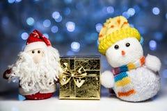 Άγιος Βασίλης και χιονάνθρωπος με το κιβώτιο δώρων Στοκ Φωτογραφία
