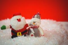 Άγιος Βασίλης και χιονάνθρωπος στο χιόνι Στοκ Εικόνες