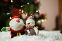 Άγιος Βασίλης και χιονάνθρωπος στο χιόνι Στοκ εικόνα με δικαίωμα ελεύθερης χρήσης