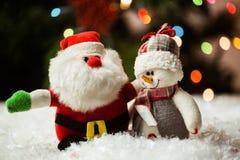 Άγιος Βασίλης και χιονάνθρωπος στο χιόνι Στοκ φωτογραφία με δικαίωμα ελεύθερης χρήσης