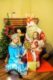 Άγιος Βασίλης, κορίτσι χιονιού και ένα κορίτσι Ηλικία 5 έτη Στοκ φωτογραφία με δικαίωμα ελεύθερης χρήσης