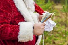 Άγιος Βασίλης με τα ευρο- τραπεζογραμμάτια και την τσάντα δώρων Στοκ φωτογραφία με δικαίωμα ελεύθερης χρήσης